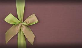 Decken Sie Geschenkbox mit grünem Bogen ab Lizenzfreie Stockfotografie