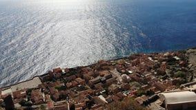 Decken Sie Luftschuß von Griechenland-Stadt durch das Meer auf stock footage