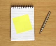 Decken Sie Post-It auf Notizbuch mit Feder ab stockbilder