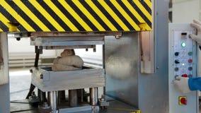 Decken Sie Produktionsmaschinelle bearbeitung der Sekundärbetriebsmittel-Plastikwiederverwertung mit Ziegeln stock footage