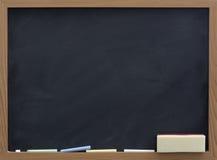 Decken Sie Tafel mit Radiergummi und Kreide ab Lizenzfreies Stockbild