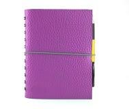 Decken Sie violettes lederne Notizbuch und die Feder ab, die ein getrennt wird stockbilder