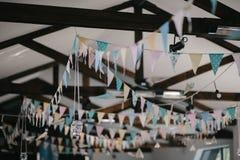 Deckendekoration mit Papierflaggen und Glühlampen Stockfoto