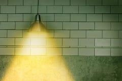 Deckenleuchtelampe auf dunkler Wand Stockfotografie