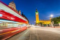Decker Bus dobro movente sob casas do parlamento e de Big Ben foto de stock royalty free