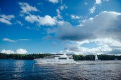 Decker jacht na jeziorze zdjęcia royalty free