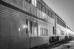 Decker Passenger Train doble en la noche en la estación fotografía de archivo libre de regalías