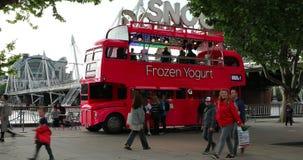 Decker Red Bus Food Truck doble en Londres almacen de video