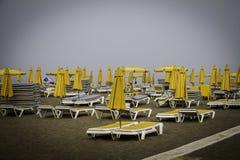 Deckhcair i parasol yelow na morzu Obrazy Royalty Free