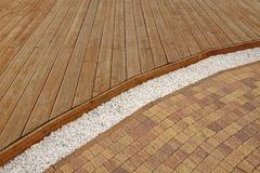 Decking de madeira composto, cascalho de mármore branco e tijolo Pavi da pedra Fotografia de Stock