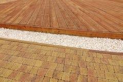 Decking de madeira composto, cascalho de mármore branco e tijolo Pavi da pedra Foto de Stock Royalty Free