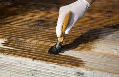 Decking di legno di verniciatura Fotografia Stock