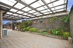 Decking und Garten stockbilder