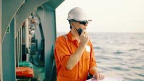 Deckoffizier auf Plattform des Offshoreschiffes h?lt VHF-Funksprechger?tradio stock video footage