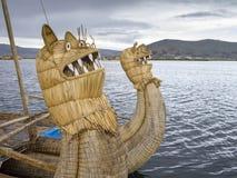 Deckt Boot im Titicaca See mit Schilf. stockfotografie