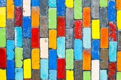 Deckt mehrfarbigen rechteckigen Ziegelstein mit Ziegeln Stockfoto
