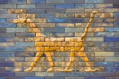 Deckt Muster von Babylon-` s das Ishtar-Tor innerhalb des Pergamon-Museums Pergamonmuseum, Berlin, Deutschland - 6. Februar 2016  Stockbild
