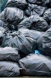 Deckung vieler Abfalltaschen von einander Stockbild