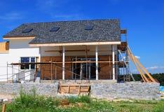 Deckungs-Bau Bringen Sie Bau mit Asphaltschindeln Dach, Oberlichter, Terrassenpatio unter stockbild