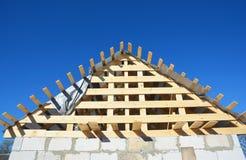 Deckungs-Bau RAHMENhausbau des h?lzernen Dachs Spitzenmit h?lzernen Dachbalken, Binder, Bauholz stockbilder