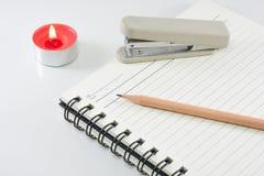 Deckungszusagebuch des festen Einbands mit Bleistift auf weißem Hintergrund Lizenzfreie Stockbilder