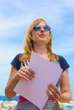 Declaiming дама с бумагой Стоковая Фотография