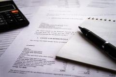 Declaração de rendimentos com lista do detalhe dos rendimentos e das despesas, conceito de contabilidade para o negócio imagens de stock royalty free