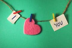 Declaração do amor em uma parede verde Fotos de Stock