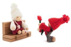 Declaração do amor; queridos menino e menina de madeira e feitos malha Foto de Stock