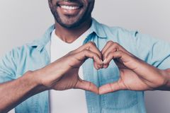 Declaração do conceito do amor! Colhido perto acima da foto da vista do chee imagens de stock