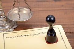 Declaração universal de direitos humanos, escalas de justiça e selo de notário fotos de stock
