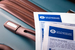Declarações alfandegárias dos E.U. em uma mala de viagem imagem de stock royalty free