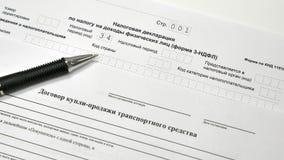 Declaración de impuestos y contracto de venta del coche Las llaves al coche y a cinco mil notas Fotografía de archivo libre de regalías