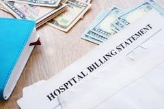 Declaración de la facturación del hospital en el sobre Deuda médica imagen de archivo libre de regalías