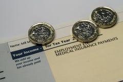Declaración de los ingresos personales que muestra las figuras de la renta y del impuesto para la declaración de impuestos BRITÁN Imágenes de archivo libres de regalías