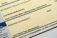 Declaración de los ingresos personales que muestra las figuras de la renta y del impuesto para la declaración de impuestos BRITÁN Fotografía de archivo libre de regalías