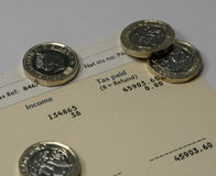 Declaración de los ingresos personales que muestra las figuras de la renta y del impuesto para la declaración de impuestos BRITÁN Imagen de archivo