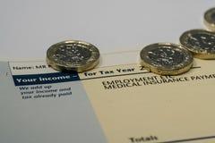 Declaración de los ingresos personales que muestra las figuras de la renta y del impuesto para la declaración de impuestos BRITÁN Fotos de archivo libres de regalías