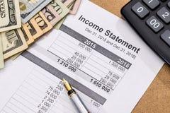 Declaración de renta del doc. con la pluma, la calculadora y el dinero foto de archivo libre de regalías