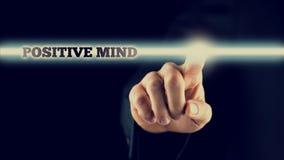 Declaración positiva conmovedora de la mente de la mano sobre la pantalla táctil Foto de archivo libre de regalías