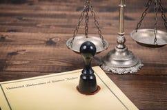 Declaración universal de derechos humanos, escalas de la justicia y sello de notario imagenes de archivo