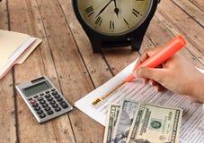 Declaraciones de impuestos de relleno de la persona antes del plazo Fotografía de archivo