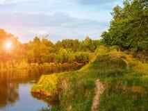 Declino della primavera sul fiume Fotografia Stock