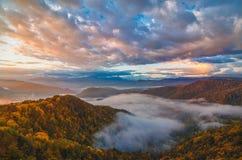 declivities jaskrawy wzgórza kształtują teren wierzchołka halnego typ Jesień wschód słońca Zdjęcia Stock