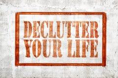 declutter sua vida - sinal do estilo dos grafittis imagens de stock
