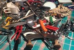 Decluttering грязный ящик: столовый прибор и kitchenware стоковые фотографии rf