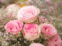 Deco de la flor con las rosas rosadas Foto de archivo