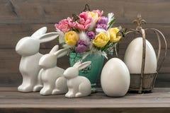 Deco de Pâques avec des tulipes, des oeufs et des lapins Photos stock