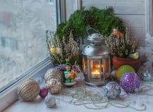Deco di Natale nella finestra di inverno Immagine Stock