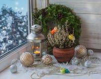 Deco do Natal na janela do inverno Fotografia de Stock Royalty Free